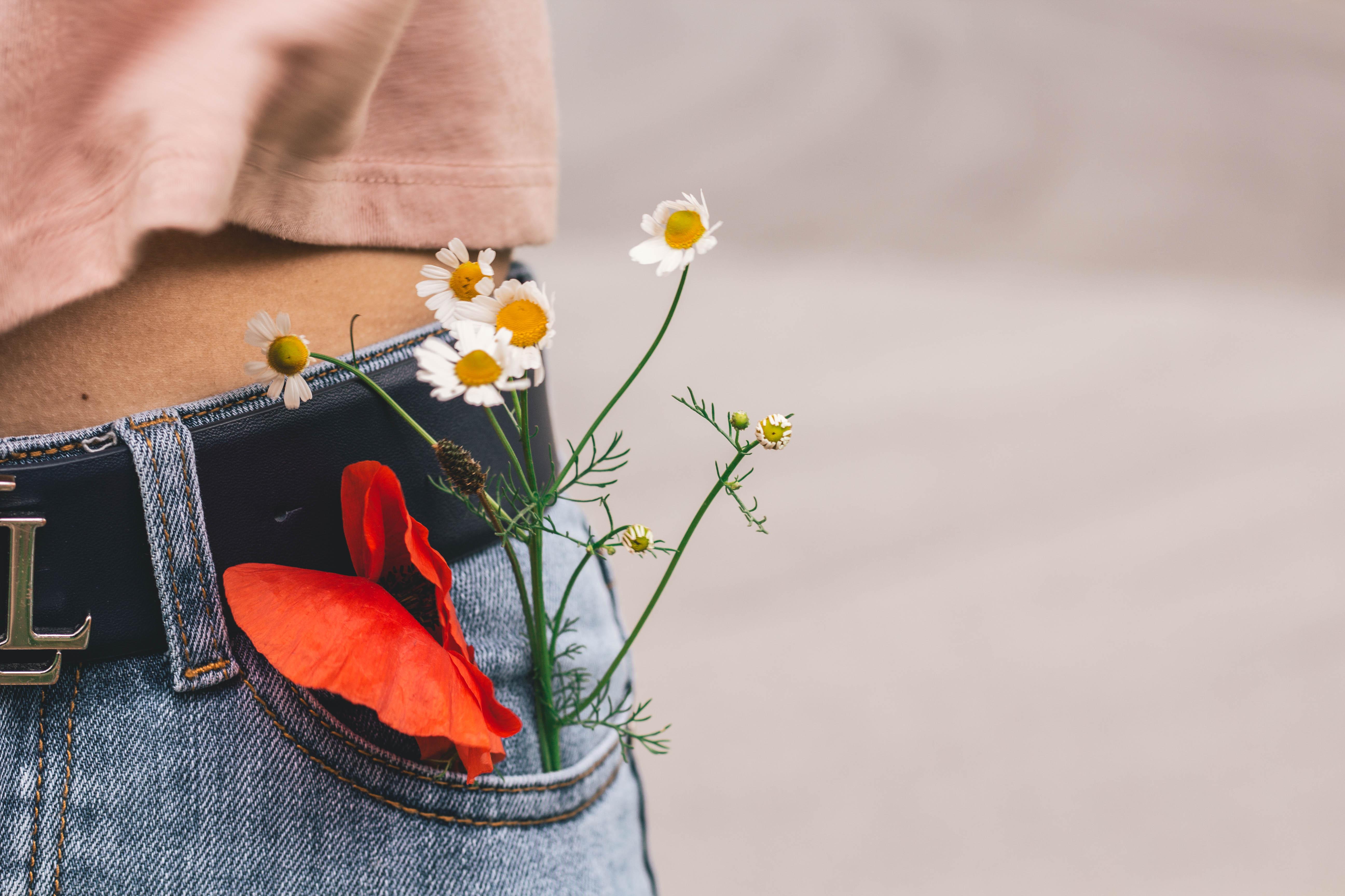I fiori escono dalla tasca dei jeans