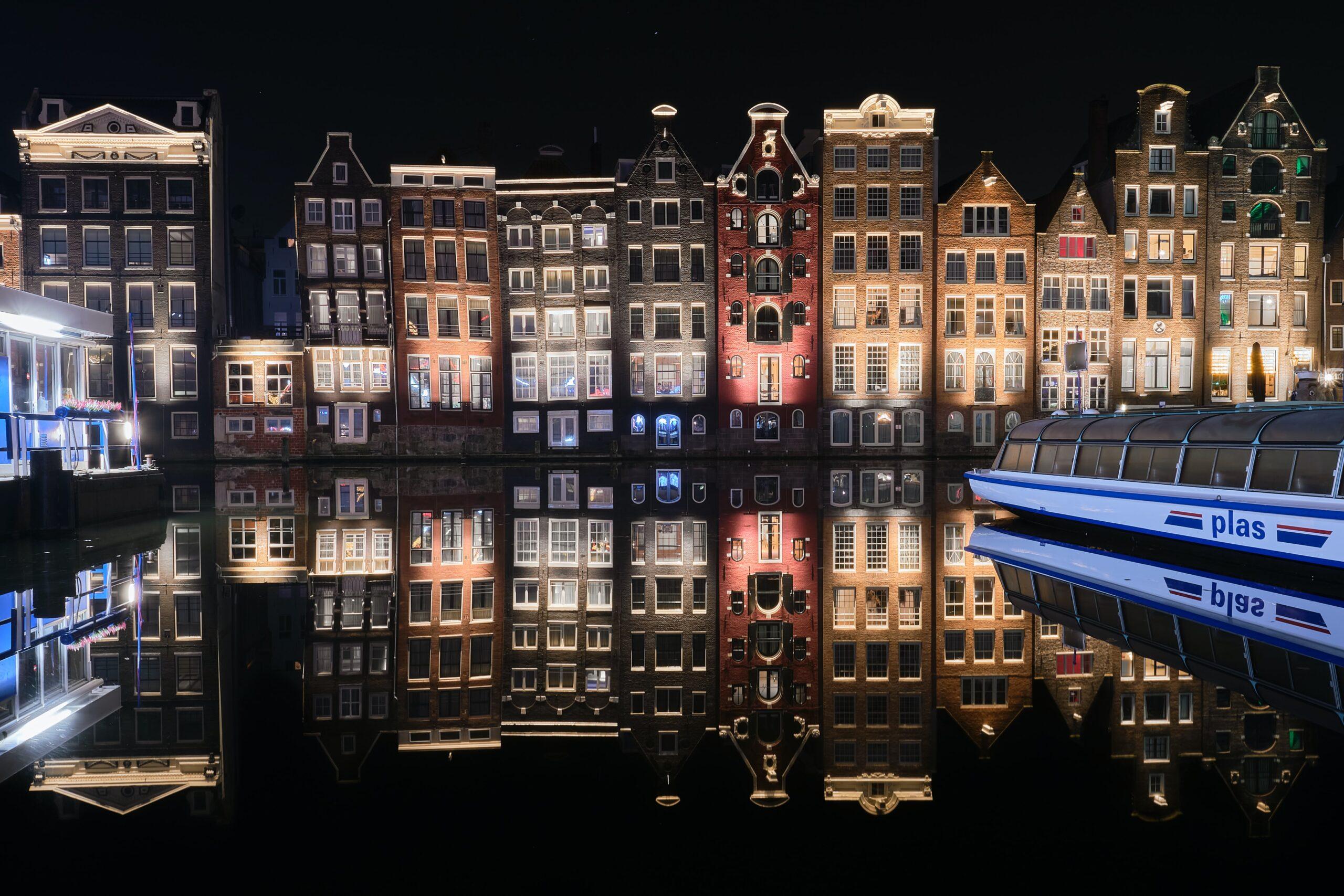 Vista sui canali di Amsterdam, dove il turismo dei coffe shop è a rischio